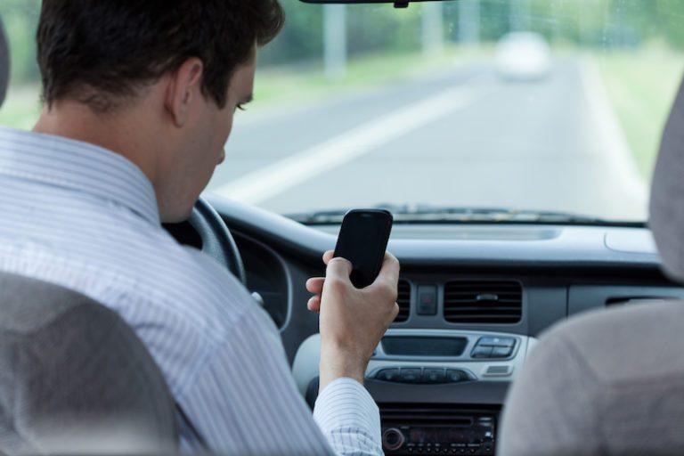 Téléphone au volant : dangers et précautions à prendre